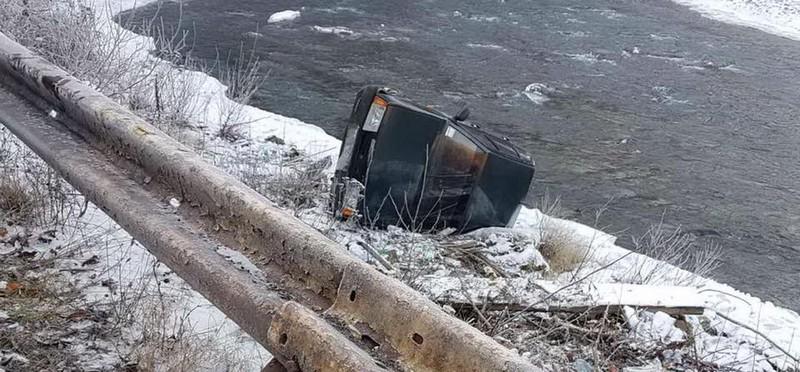 Автомобіль злетів із дороги і перекинувся на берег річки