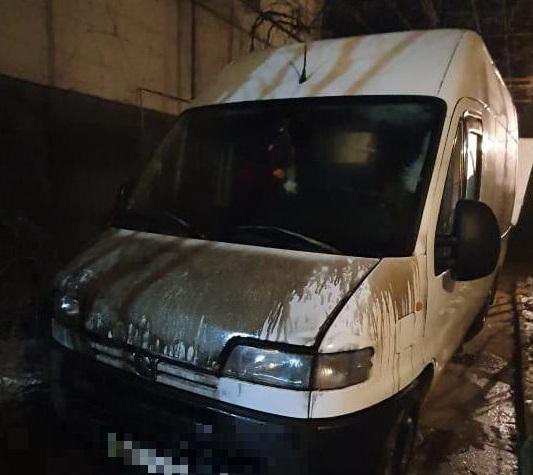 На Ужгородщині вночі підпалили мікроавтобус