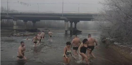 Мешканці краю занурюються у крижані води річок