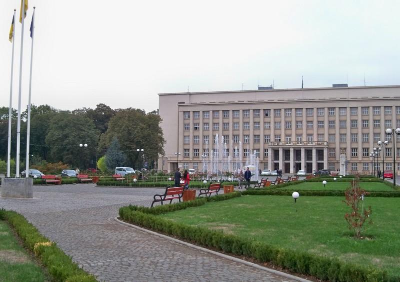 В Ужгороді тимчасово заборонять паркуватися на площі Народній