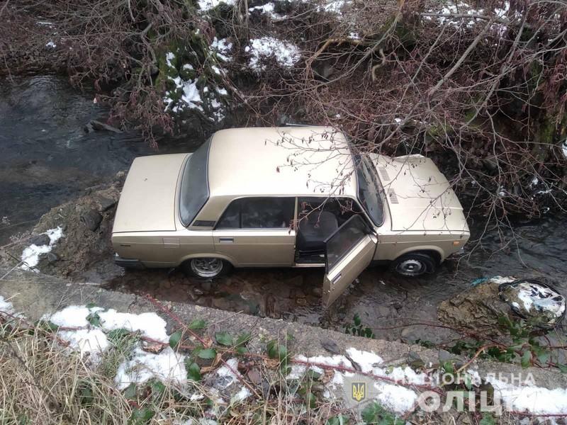 У Чинадієві машина злетіла в річку. Жінка у реанімації