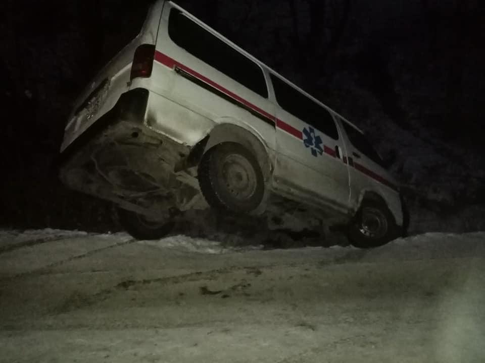 Автомобіль швидкої допомоги з'їхав у кювет