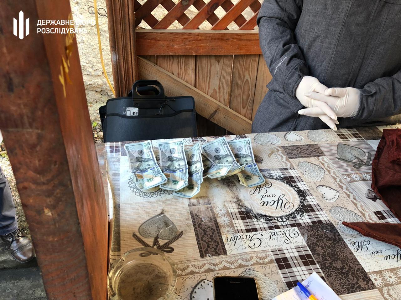 На хабарі у 1250 доларів затримано працівника державної лісової охорони Закарпатської області