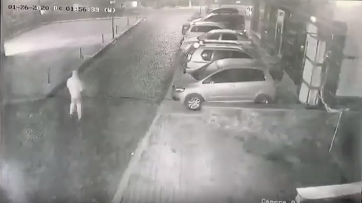 Камери зафіксували зловмисника, що скоїв підпал в Ужгороді
