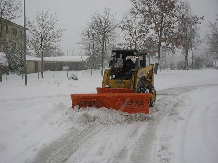 Снігопад в Ужгороді: на вулиці міста виїхала спецтехніка