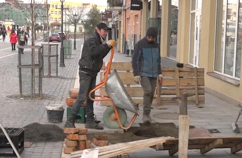 Нещодавно відремонтована площа Петефі в Ужгороді знов у тріщинах