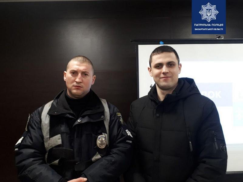 В Ужгороді відзначили двох патрульних за оперативне розкриття грабежу