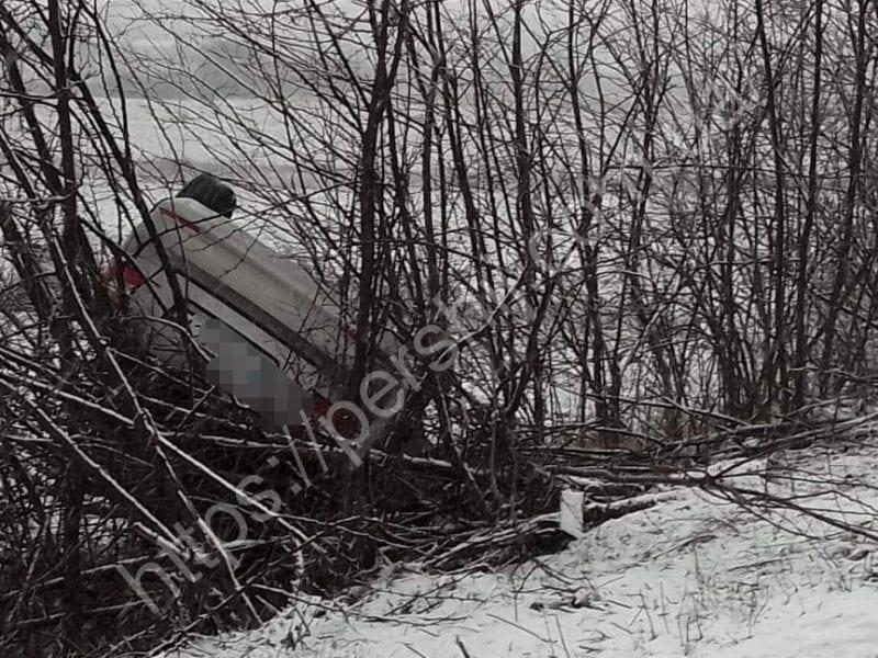 Авто злетіло з дороги і перекинулось: на Ужгородщині сталась аварія
