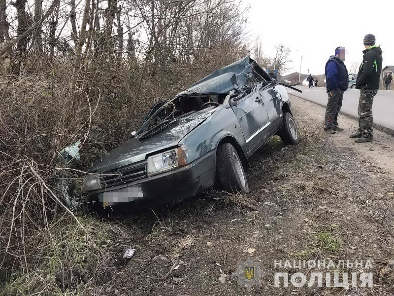 Нетверезий водій скоїв аварію: машина перекинулась на дах