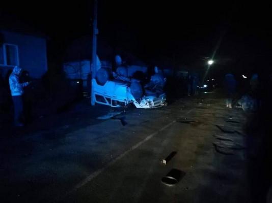Вночі сталась аварія. Одна з машин перекинулась на дах