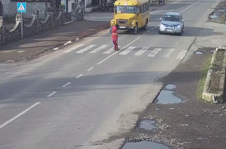 Джип ледь не збив двох людей на пішохідному переході у селі Гать. Оприлюднено відео