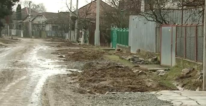Відмовляються їхати навіть таксисти: стан однієї з вулиць Мукачева жахає містян