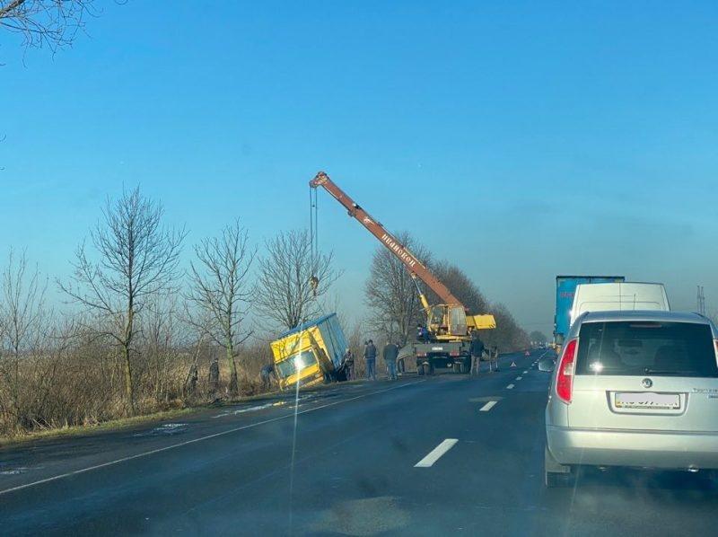 На Мукачівщині вантажівка опинилася в кюветі