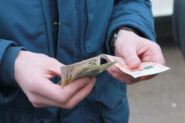 У Мукачеві правоохоронці перевіряли вуличних валютчиків
