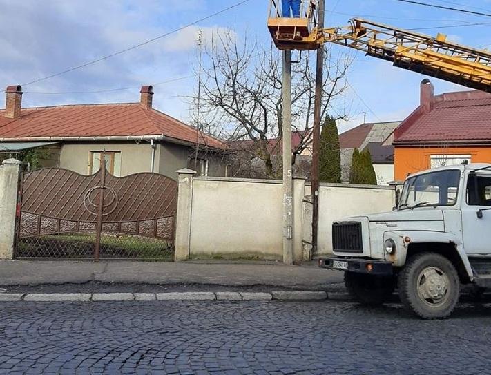 У Мукачеві через сильний вітер чимало вулиць залишились без освітлення