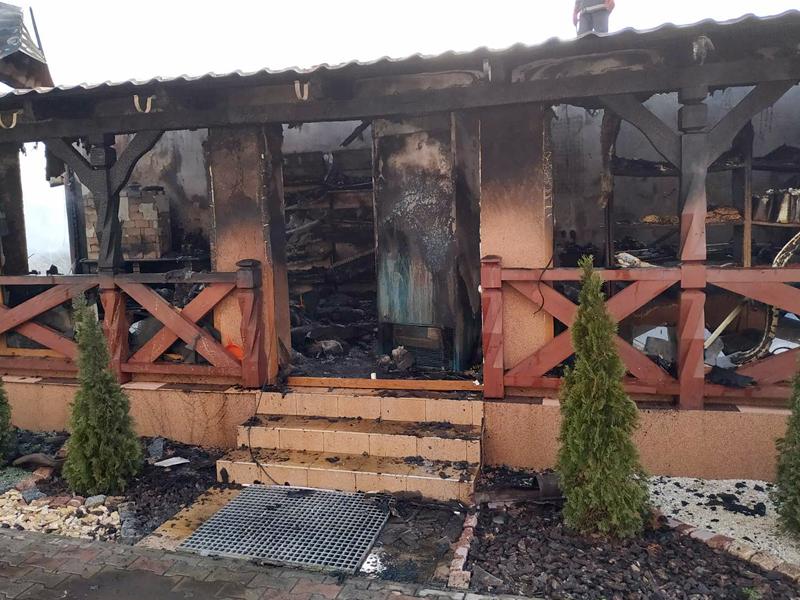На Закарпатті згорів гараж з мансардою-магазином