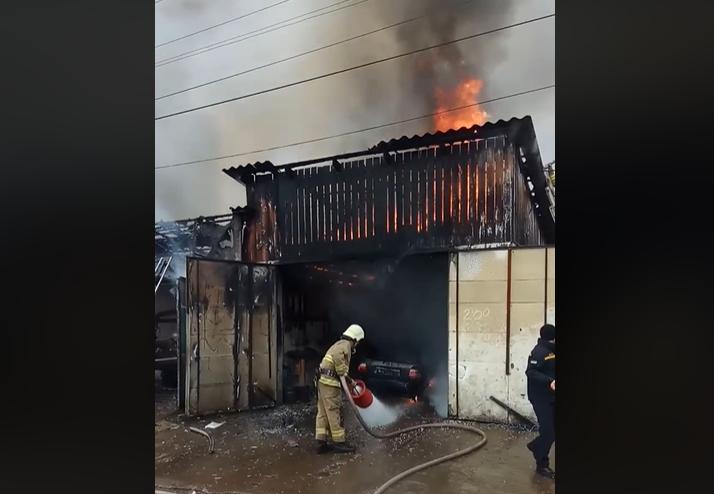 Масштабна пожежа у Міжгір'ї: рятувальники намагаються загасити вогонь