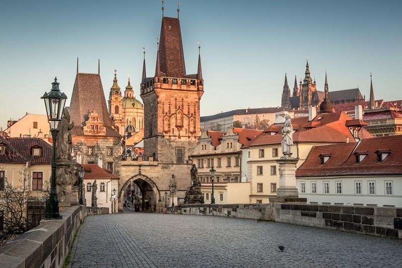 Що коїться в Чехії: в країні закривають школи і забороняють масові заходи