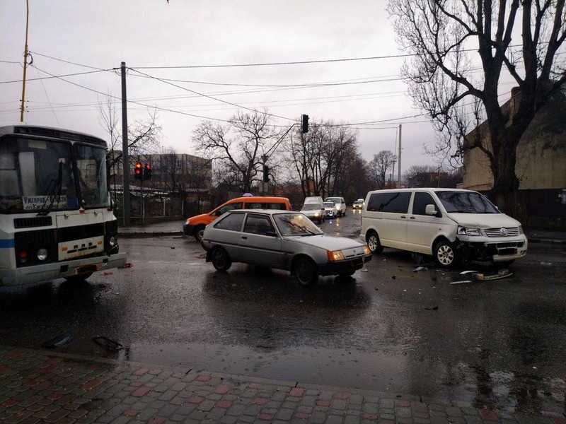 Рейсовий автобус потрапив у потрійну ДТП в Ужгороді