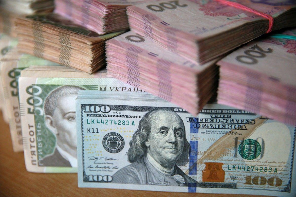 Гривня знецінилась відразу на 44 копійки відносно долара та на 53 копійки відносно євро