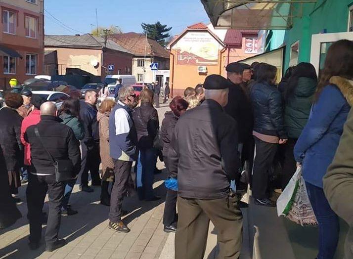Натовпи людей: як виглядають вхід до центрального ринку Мукачева та біля банкоматів