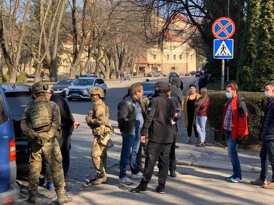 Спецоперація в Ужгороді: журналіст повідомив, кого затримали правоохоронці
