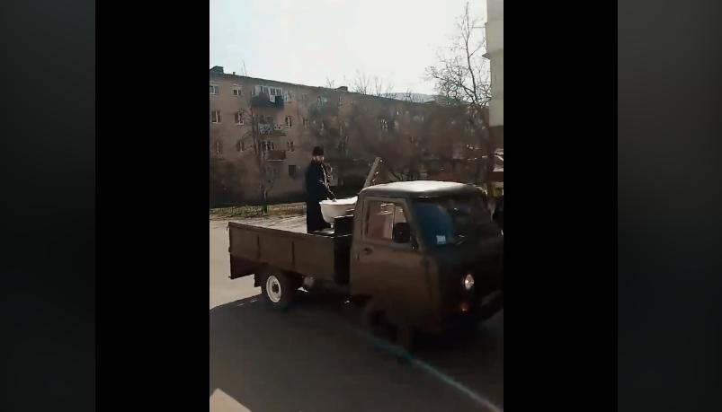 У закарпатському селі священник освячував вулиці від коронавірусу