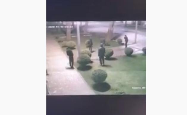 У Мукачеві на вулиці Ілони Зріні вночі скоїли злочин. Зловмисників зафіксувала камера відеоспостереження