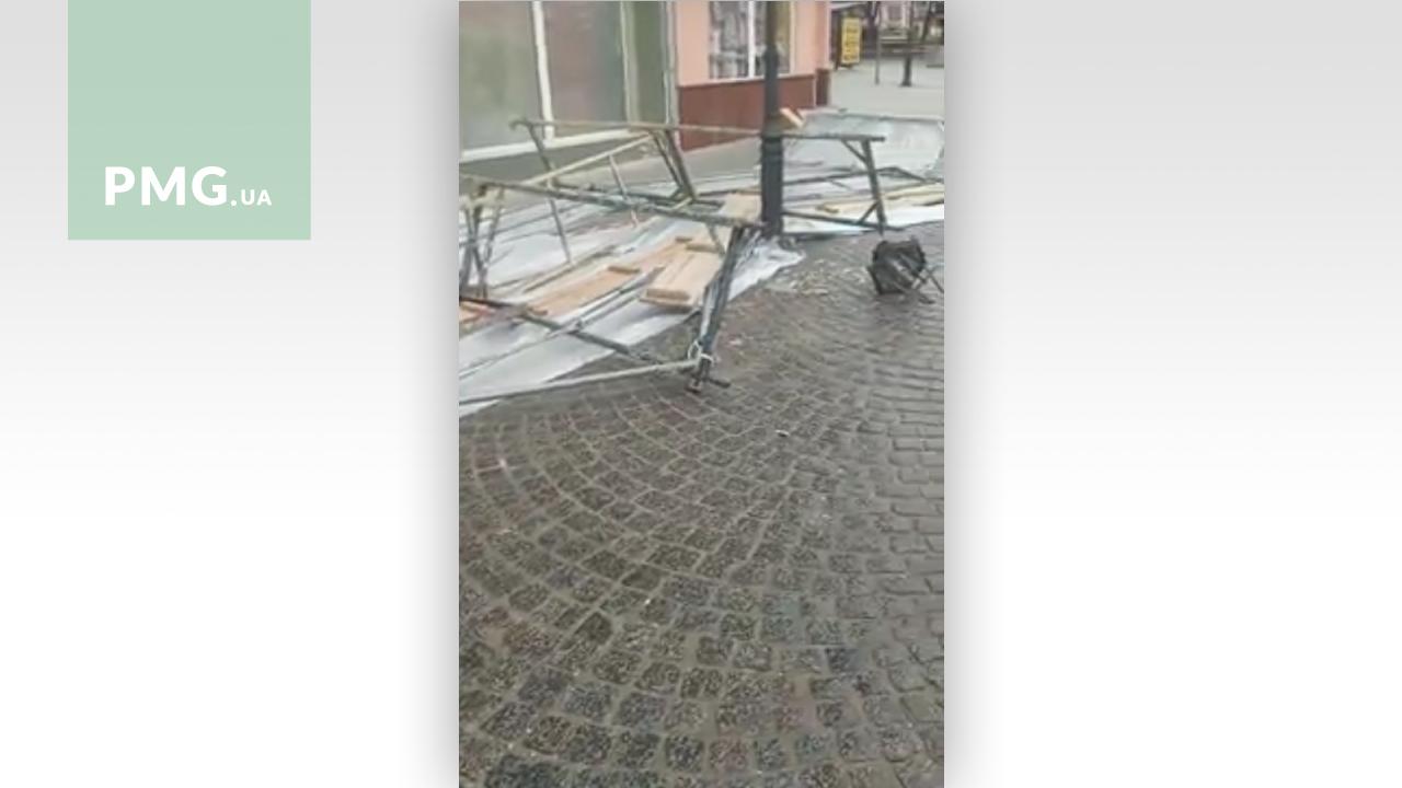 В Ужгороді на тротуар впало будівельне риштування