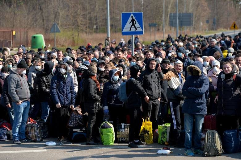 Шалені черги на кордонах: тисячі людей намагаються повернутися в Україну