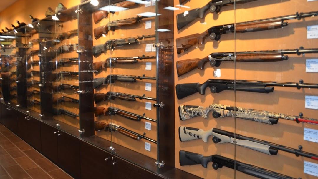 Невідомі пограбували магазин зброї у Мукачеві