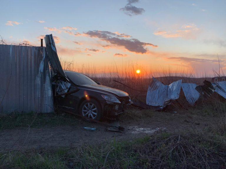 В Ужгороді водій на шаленій швидкості влетів у паркан
