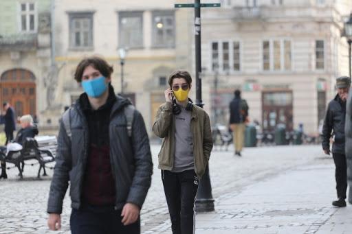 В Україні дозволили людям, хворим на коронавірус, виходити в аптеки, магазини і медустанови