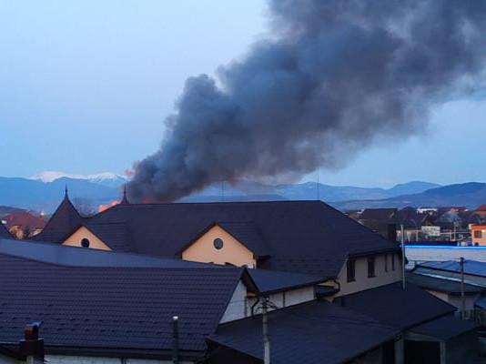 На Рахівщині кілька годин гасили пожежу