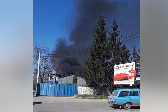 Поблизу ринку Краснодонців в Ужгороді спалахнула масштабна пожежа