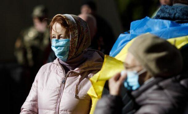 """Не можна буде виходити навіть вдвох та режим """"всі в масках"""": уряд посилює карантин в Україні"""
