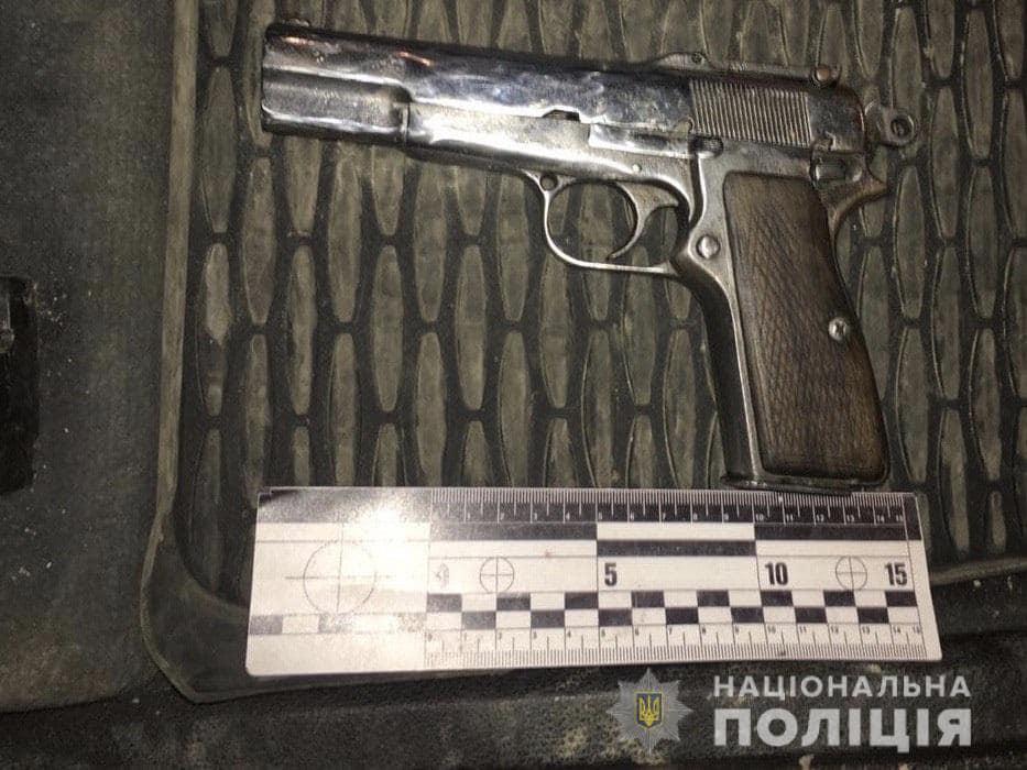 Під кайфом та зі зброєю: кого ввечері зупинили правоохоронці