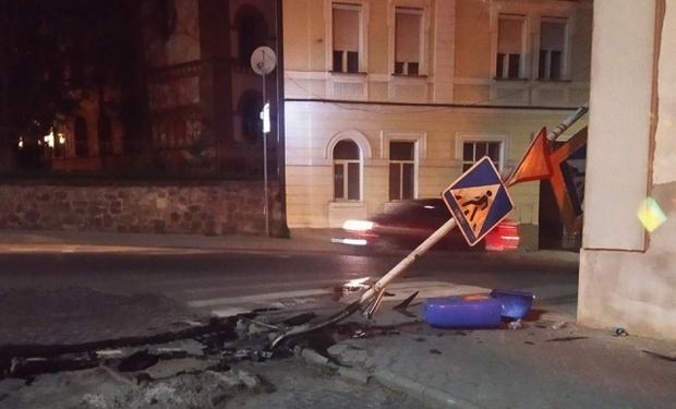 В Ужгороді автомобіль зніс дорожній знак