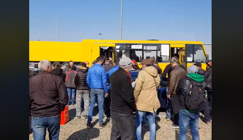 """Українці повертаються з-за кордону: що зараз відбувається поблизу КПП """"Тиса"""""""