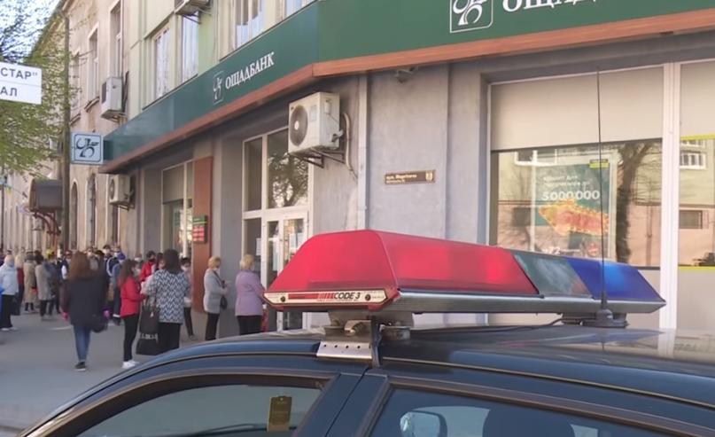 Сотні людей у Мукачеві штурмують банки