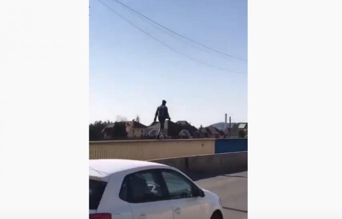 Екстремальні розваги: у Мукачеві хлопець шокував містян