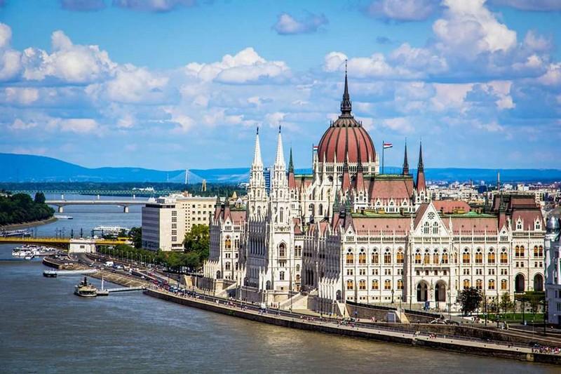 В сусідній Угорщині продовжили суворі обмеження