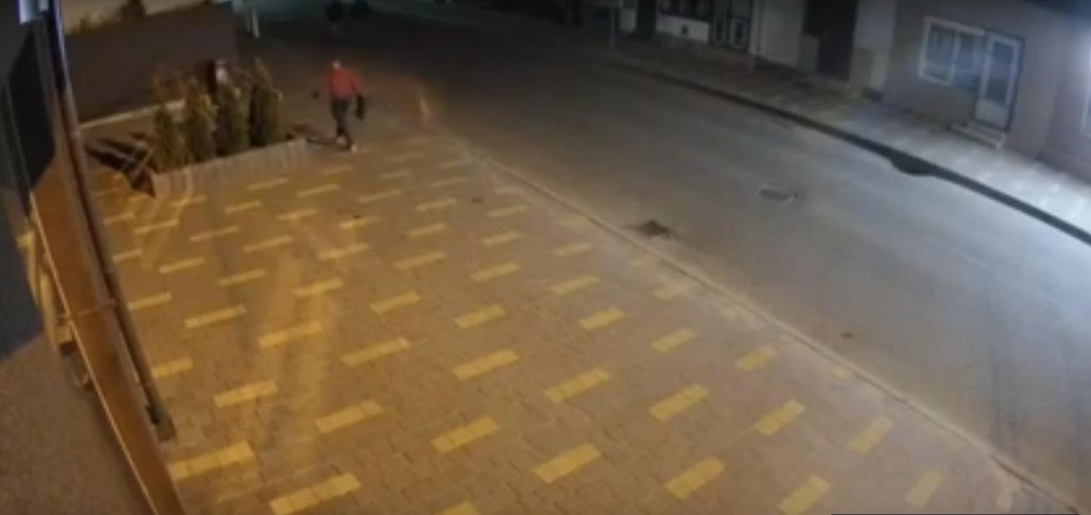 Вночі у Хусті невідомий наробив шкоди: інцидент потрапив на відео, — соцмережі