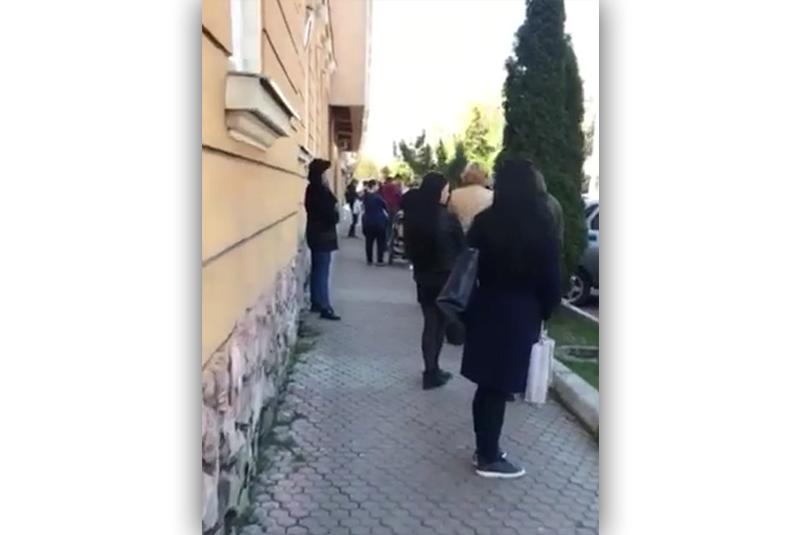 У Мукачеві зняли на відео величезну чергу в один із супермаркетів міста