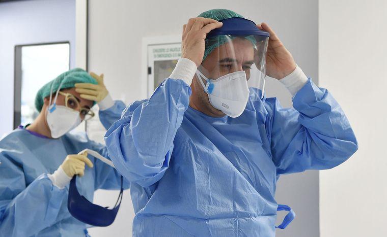 Українським медикам, які працюють із пацієнтами з COVID-19, хочуть раз на 5 днів робити тести