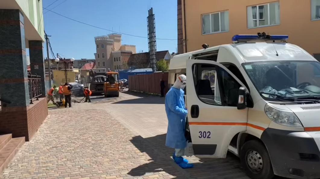 В Ужгороді до приїзду прем'єра та очільника МОЗ поспіхом ремонтують в'їзд у лікарню