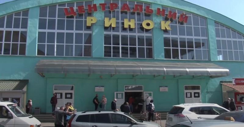"""Відвідувачам на вході міряють температуру: як зараз працює """"Зелений ринок"""" у Мукачеві"""