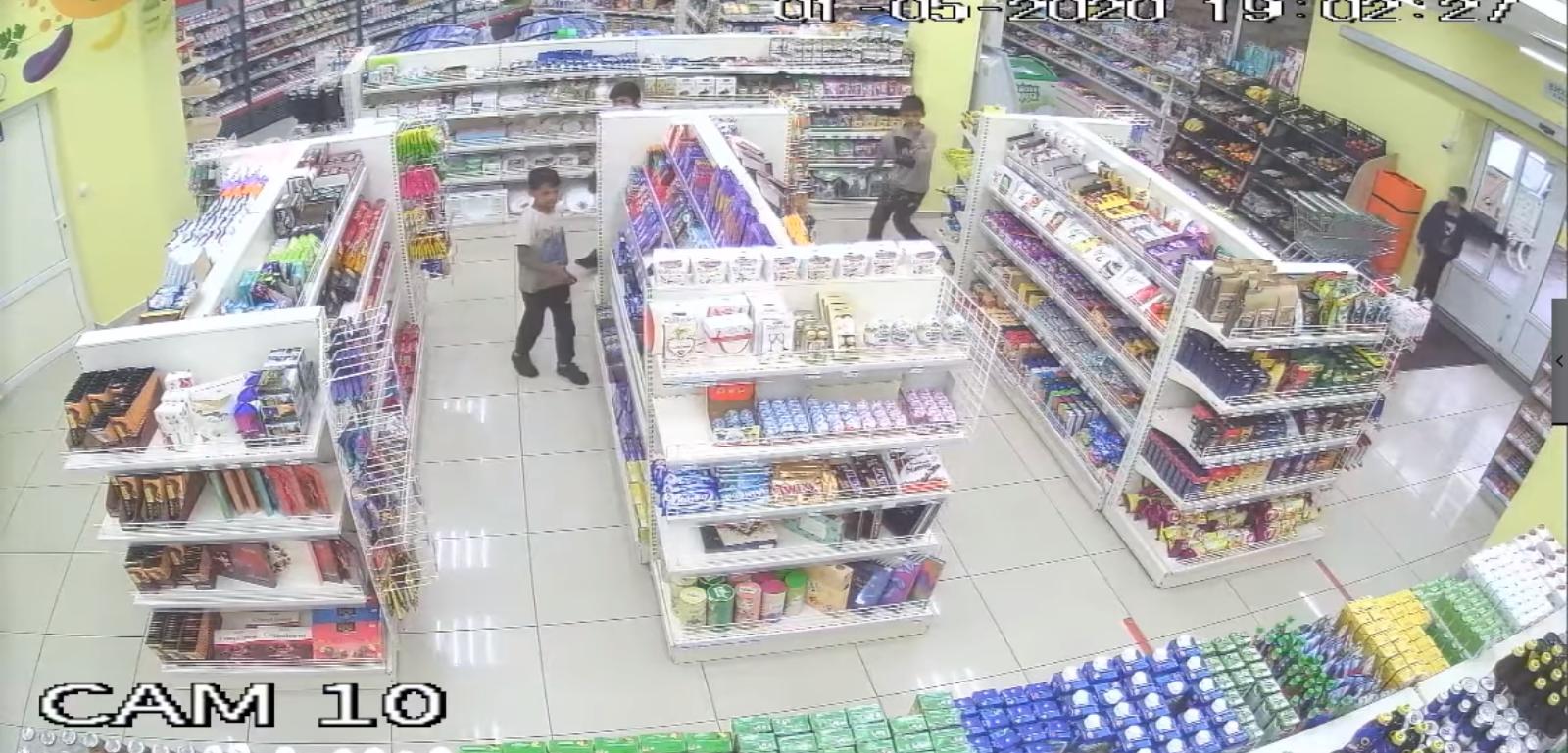 В Ужгороді камери зафіксували пограбування магазину, — соцмережі