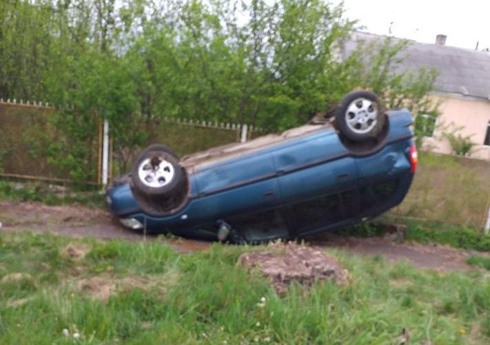 Авто перекинулось на дах: п'яна жінка скоїла аварію