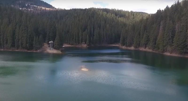 Безлюдне і загадкове: як виглядає озеро Синевир без натовпу туристів